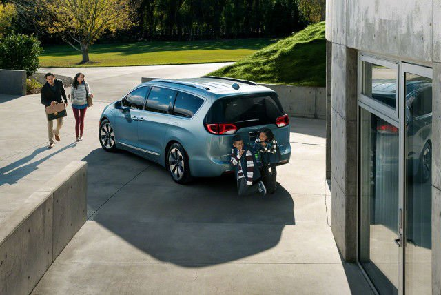 2017 Chrysler Pacifica Hybrid Official Photo